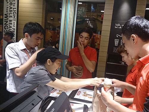 McDonald's đã chọn TP HCM - thị trường được cho là năng động nhất Việt Nam - để mở 2 cửa hàng đầu tiên ở đất nước có dân số trẻ này Ảnh: THẢO NGUYÊN