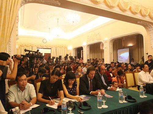 Các nhà báo Việt Nam và nước ngoài tại buổi họp báo Ảnh: mạnh duy