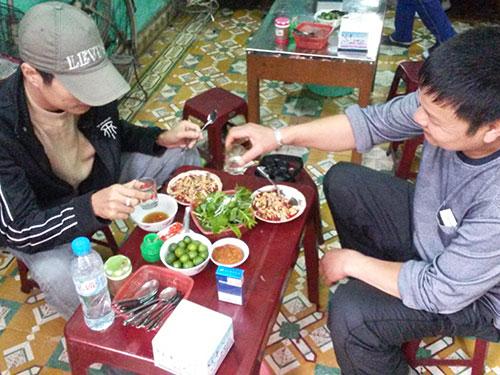 Cảnh vô tư ăn tiết canh không khó gặp tại nhiều địa phương trong mùa dịch cúm gia cầm. Ảnh chụp tại một quán ăn ở  TP Hải Phòng sáng 17-2 Ảnh: Trọng Đức