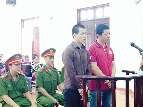 Bị cáo Lê Thanh Bằng (phải) và bị cáo Võ Văn Tòng tại phiên xét xử