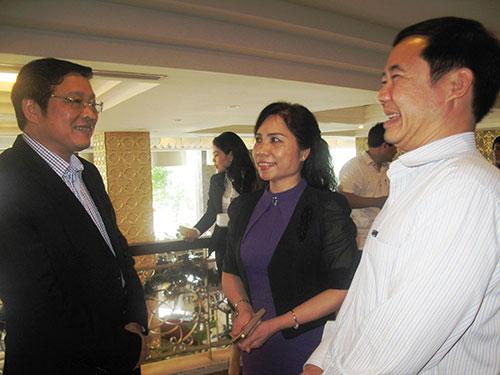 Ông Phan Đình Trạc, Phó Ban Nội chính trung ương (bìa trái), trao đổi với đại diện Ban Nội chính tỉnh ủy các địa phương Ảnh: HỒNG ÁNH