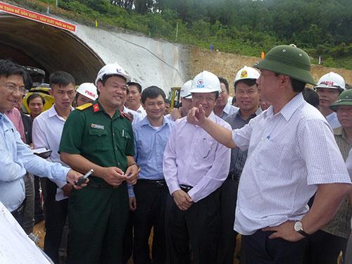 Bộ trưởng Đinh La Thăng (bìa phải) chỉ đạo nâng thời gian bảo hành để nhà thầu có trách nhiệm hơn với công trình