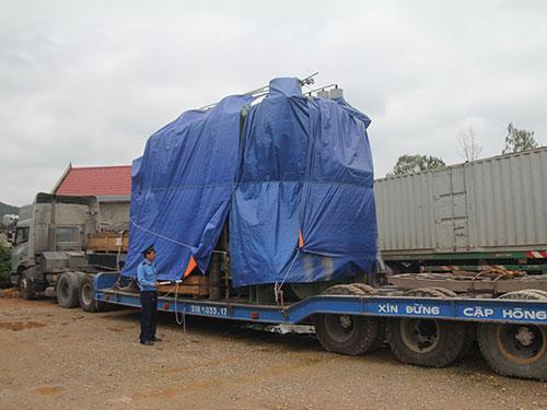 Thanh tra giao thông của Sở Giao thông Vận tải tỉnh Nghệ An kiểm tra xe quá tải Ảnh: Đức Ngọc
