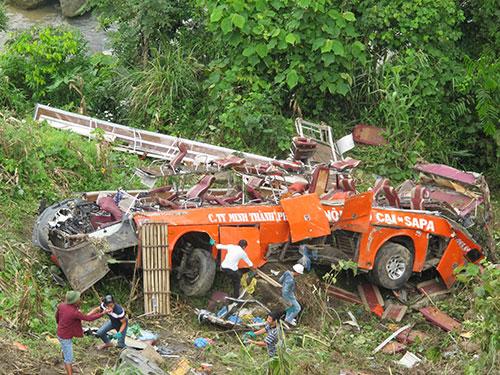 Chiếc xe khách giường nằm nát vụn sau khi lao xuống vực sâu trong đêm 1-9 tại dốc Ba Tầng