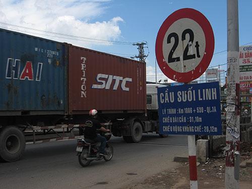 Cầu Suối Linh nằm trên Quốc lộ 1 (tỉnh Đồng Nai) ghi tải trọng giới hạn 22 tấn trong khi tải trọng mặt đường theo quy định chịu lực 30 tấn Ảnh: XUÂN HOÀNG