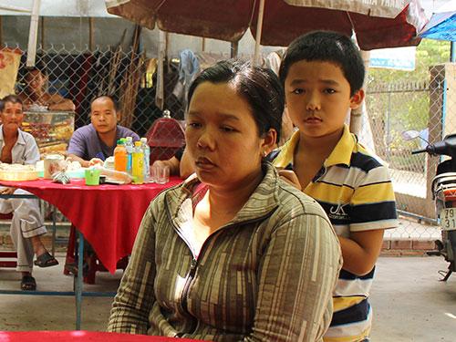 Chị Nguyễn Ngọc Tuyết Sương đau buồn vì mất con Ảnh: KỲ NAM