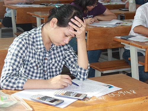 Thí sinh làm bài thi tại hội đồng Trường ĐH Công nghệ TP HCM trong kỳ thi ĐH-CĐ năm 2014 Ảnh: HUY LÂN