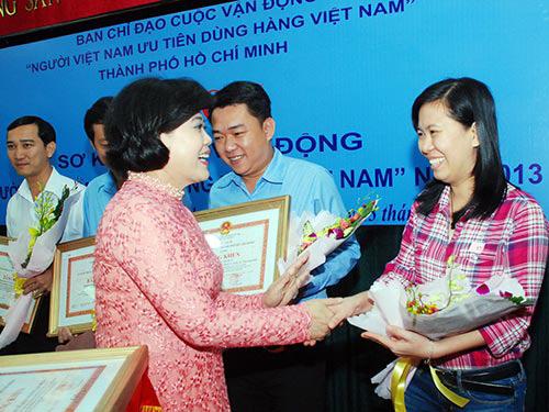 Bà Nguyễn Thị Hồng, Phó Chủ tịch UBND TP HCM, tặng bằng khen cho đại diện Báo Người Lao Động Ảnh: Đông Nghi