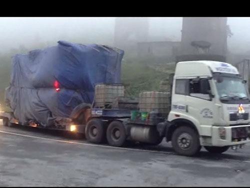 Xe đầu kéo BKS 79D-6289 trọng tải 15,1 tấn, trọng lượng kéo theo cho phép khoảng 38 tấn nhưng dùng rơ-moóc đóng chui chở máy biến thế nặng tới 240 tấn. (Ảnh chụp trên đèo Hải Vân)