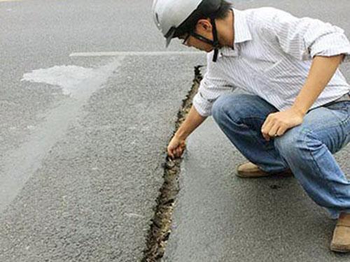 Do hư hỏng thường xuyên, mặt cầu Thăng Long thỉnh thoảng lại ngốn vài tỉ đồng để sửa chữa Ảnh: NGUYỄN QUYẾT