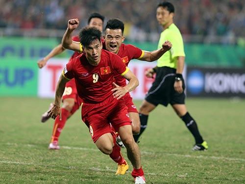 Công Vinh (9) sau bàn nâng tỉ số 2-1, tiếc rằng đội Việt Nam không bảo vệ được thành quả  Ảnh: QUANG LIÊM