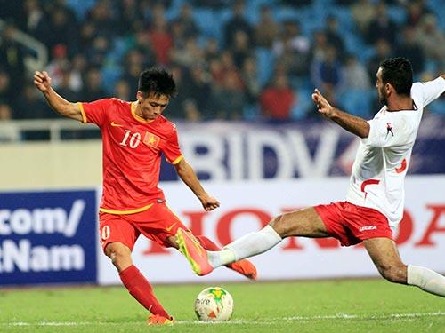 Văn Quyết (trái) trong pha dứt điểm rút ngắn tỉ số vào cuối trận cho tuyển Việt Nam Ảnh: HẢI ANH