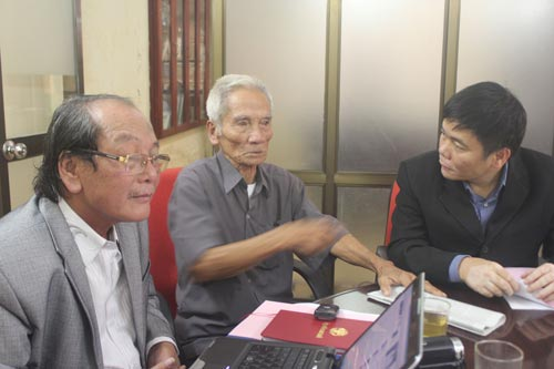 Dù đã ở tuổi xưa nay hiếm nhưng suốt 15 năm qua, ông Huỳnh Văn Truyện (giữa) vẫn nỗ lực đi khắp nơi kêu oan cho con là Huỳnh Văn Nén Ảnh: Thế Kha