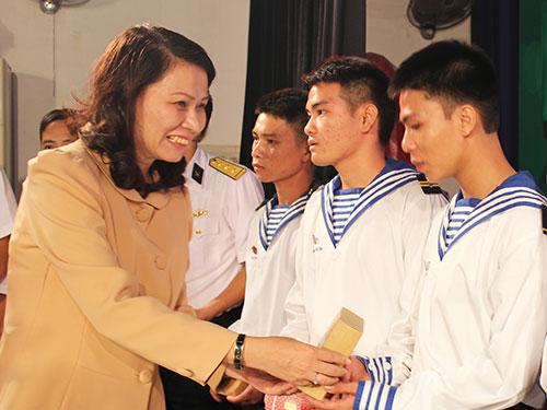Bà Nguyễn Thị Thu, Chủ tịch LĐLĐ TP HCM, tặng radio cho các chiến sĩ hải quân      Ảnh: HỒNG ĐÀO