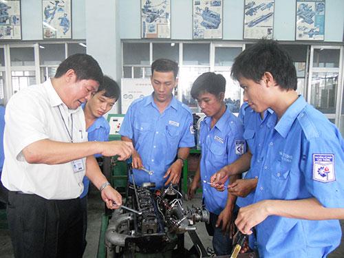 Cải thiện kỹ năng cho người lao động là giải pháp ưu tiên của doanh nghiệp khi tăng lương. Trong ảnh: Sinh viên Trường CĐ Kỹ thuật Cao Thắng thực hành trên thiết bị sửa chữa ô tô Ảnh: Duy Quốc