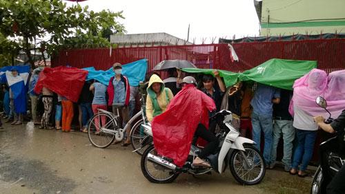 Công nhân Công ty TNHH SMY kiên nhẫn chờ lương dưới mưa ngày 20-9