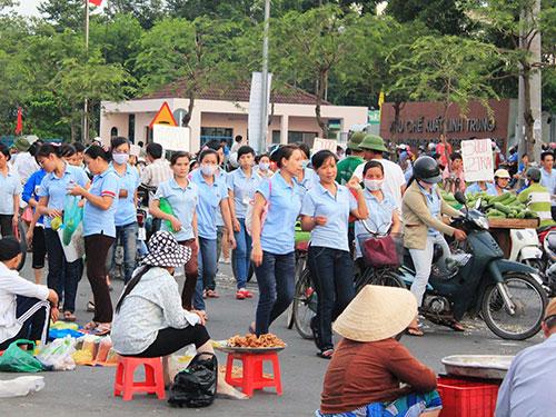 Công nhân KCX Linh Trung 1, TP HCM mua thực phẩm tại khu chợ tự phát gần công ty sau giờ làm