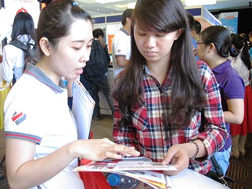 Ứng viên nghe chia sẻ về chế độ, chính sách dành cho lao động có bằng quốc tế tại một ngày hội tuyển dụng được tổ chức ở TP HCM