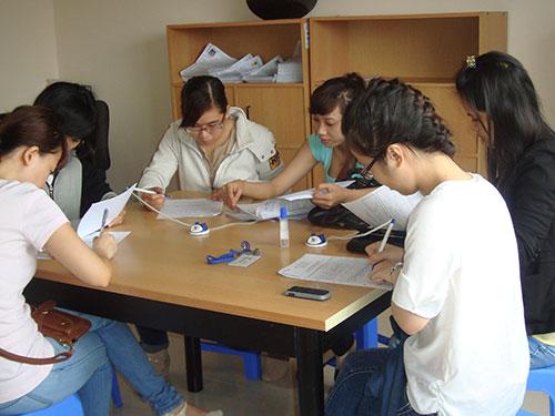 Đông đảo người lao động tìm việc tại Phòng Dịch vụ Việc làm Báo Người Lao Động Ảnh: MAI CHI