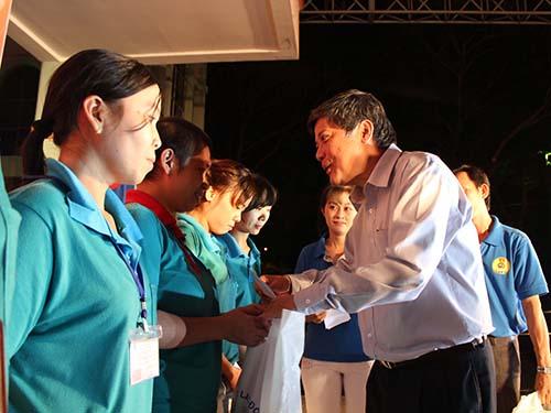 Ông Nguyễn Văn Đua, Phó Bí thư Thường trực Thành ủy TP HCM, tặng vé xe cho công nhân khó khăn tại các KCX-KCN TP về quê đón Tết Giáp Ngọ Ảnh: THANH NGA