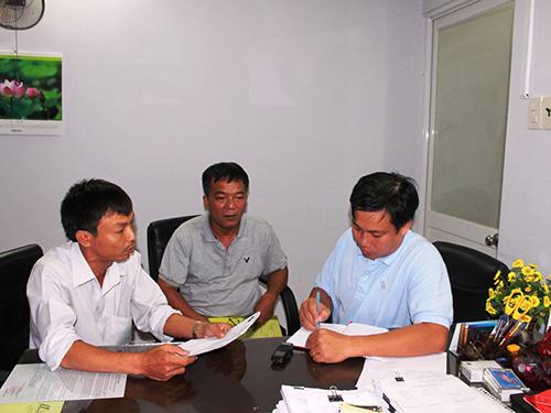 Các tài xế chi nhánh Công ty Việt Nhật số 1 trình bày bức xúc với phóng viên Báo Người Lao Động Ảnh: Bảo Nghi