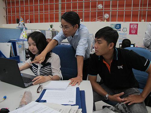 Anh Phạm Ngọc Khanh (giữa) đôn đốc công việc tại công ty