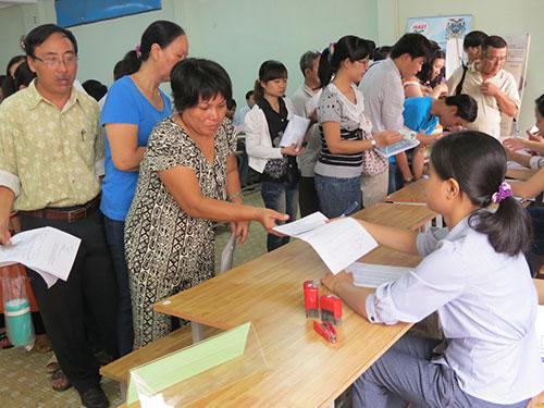 Người lao động mất việc đang làm thủ tục hưởng trợ cấp thất nghiệp tại TP HCM Ảnh: AN KHÁNH