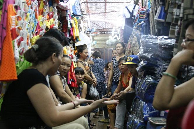 Chiều 22-9, nhiều tiểu thương chợ Tân Bình (Q.Tân Bình, TP.HCM) tụ tập thành nhóm bàn tán về việc đến giờ họ vẫn chưa biết được thông tin chính thức nào về dự án xây mới chợ Tân Bình - Ảnh: Tiến Long