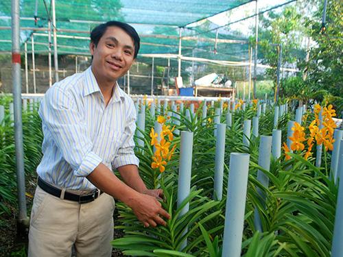 Anh Hùng chăm sóc lan Mokara trong vườn