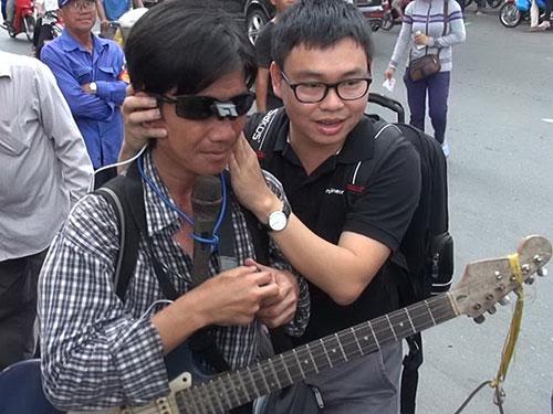 """TS Nguyễn Bá Hải tư vấn sử dụng """"mắt thần"""" cho người khiếm thị"""