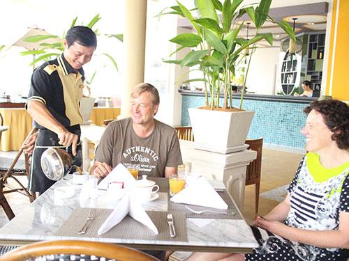 Nhân viên khách sạn Rex tận tình phục vụ khách
