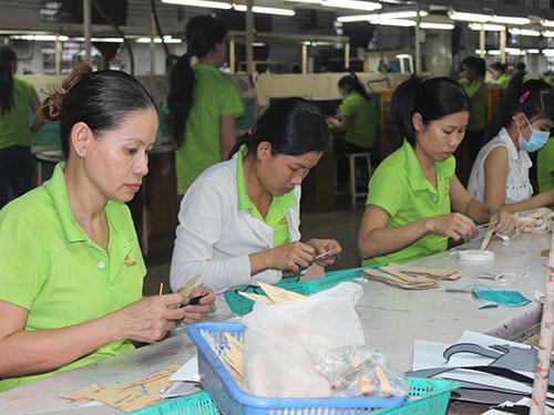 Công nhân Công ty TNHH Giày da Tích Hanh an tâm làm việc khi lương, thưởng và phúc lợi được bảo đảm