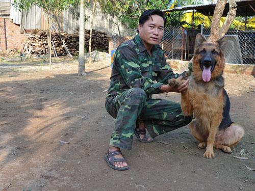 Anh Phạm Bá Chung và công việc huấn luyện chó hằng ngày ở trung tâm
