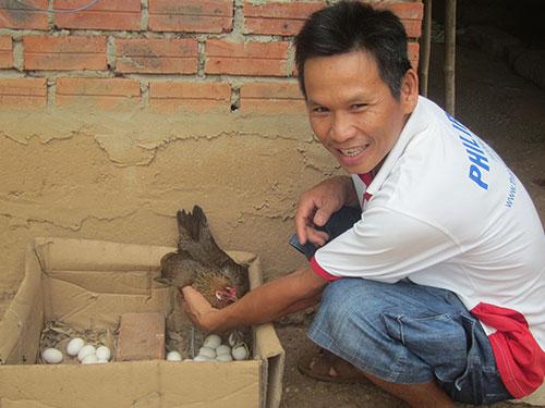 Anh Phạm Văn Hà và một con gà rừng đang ấp đẻ