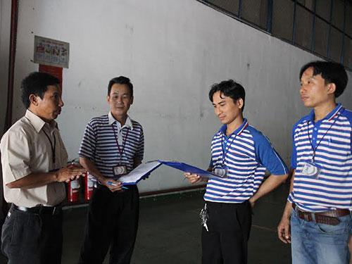 Anh Hồ Xuân Hương (bìa trái) thăm hỏi đời sống, việc làm của đoàn viên