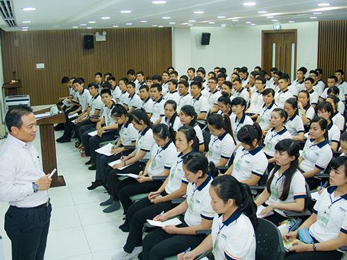 Anh Lê Long Sơn nói chuyện với tu nghiệp sinh trúng tuyển sang Nhật