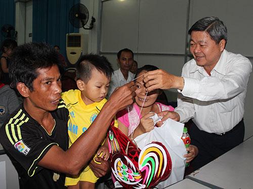 Ông Nguyễn Văn Dễ - Chủ tịch LĐLĐ quận Bình Tân, TP HCM - tặng lồng đèn trung thu cho con CNVC-LĐ  khó khăn Ảnh: THANH NGA