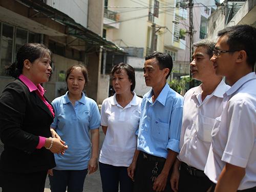 Chị Trần Thị Thúy Nga, Chủ tịch CĐ Công ty Dệt may Gia Định-Phong Phú (bìa trái), thăm hỏi đồng nghiệp