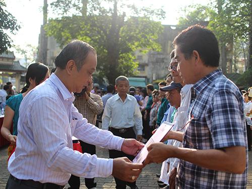 Ông Vương Phước Thiện, Trưởng Ban Tuyên giáo LĐLĐ TP HCM, trao sổ tiết kiệm tượng trưng cho công nhân bị bệnh hiểm nghèo tại quận 5, TP HCM ẢNH: NGÂN HÀ