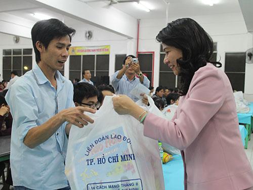 Bà Nguyễn Thị Thu, Chủ tịch LĐLĐ TP HCM, tặng quà cho công nhân khó khăn tại KCX Linh Trung 1 Ảnh: HỒNG ĐÀO