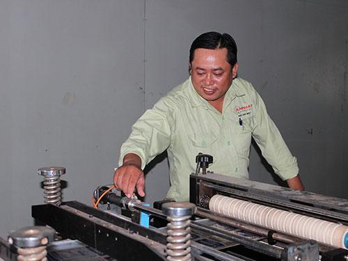"""Anh Ngô Văn Miên (Công ty CP Máy An Phát) giới thiệu sáng kiến - máy """"carton sóng"""""""