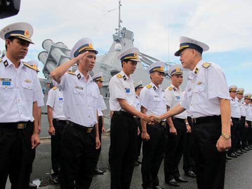 Chuẩn đô đốc Nguyễn Văn Kiệm thay mặt đoàn chia tay cán bộ và chiến sĩ Vùng 4 Hải quân