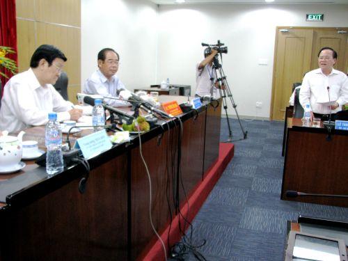 Ông Lê Thanh Cung, Chủ tịch UBND tỉnh Bình Dương (bìa phải), nhận lỗi trước Chủ tịch nước