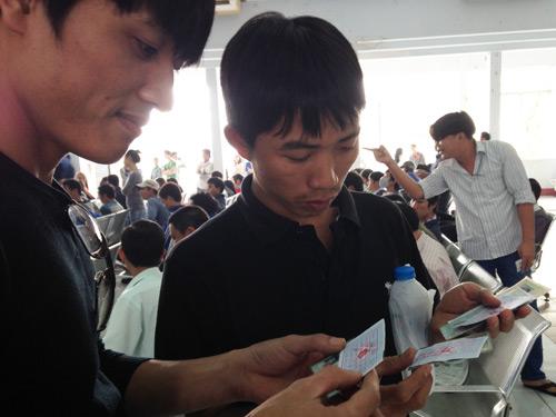 Anh Trung và anh Dung thở phào khi vé tàu đã được sửa thông tin mang tên mình