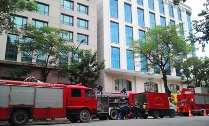 Lực lượng cảnh sát PCCC đang tích cực dập lửa. Ảnh: Lao động