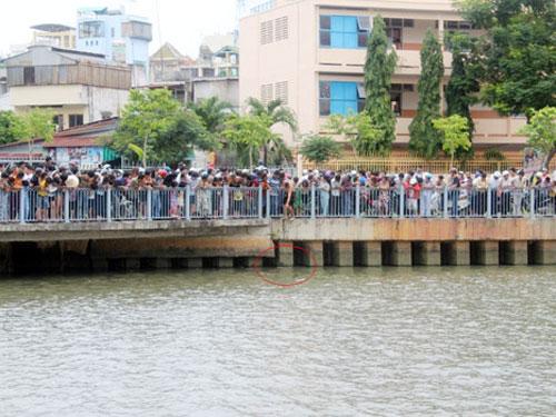Xác người nổi trên kênh Nhiêu Lộc, TP HCM