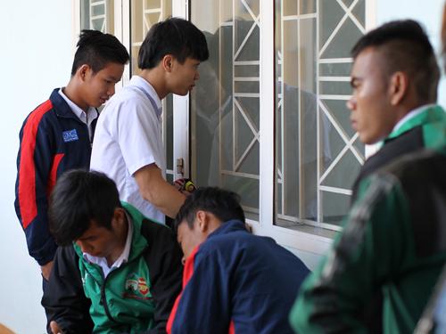 Công Phượng và đồng đội chờ vào phòng thi