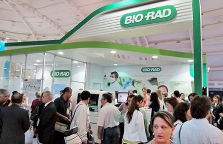 Bio-Rad được thành lập năm 1952 ở Berkeley, bang California, có nhân lực hơn 7.800 người. Doanh thu của công ty này vào năm 2013 đạt mức 2,1 tỉ USD