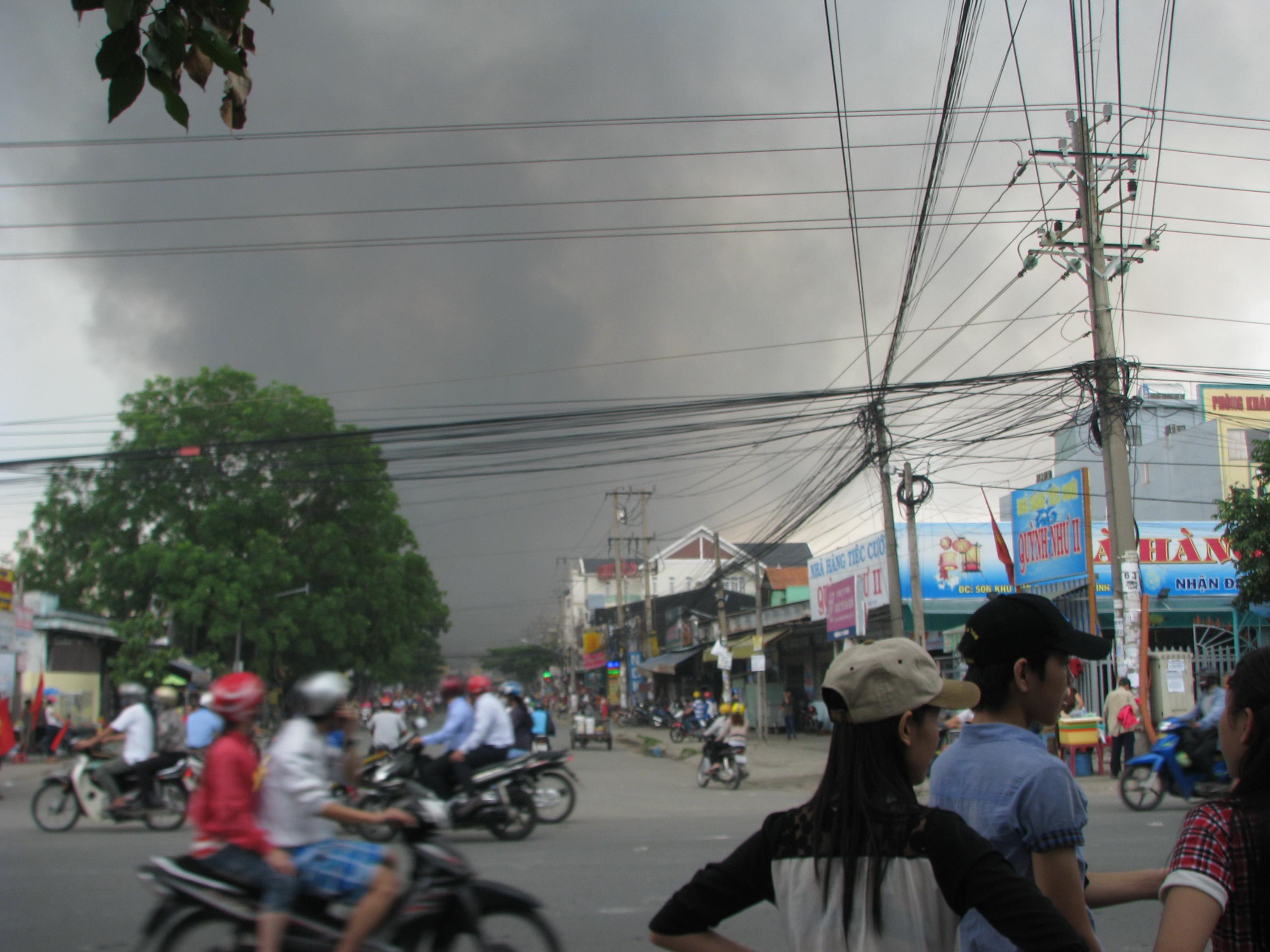 Công ty Giày da Thông Dụng bị đốt cháy khói mù mịt