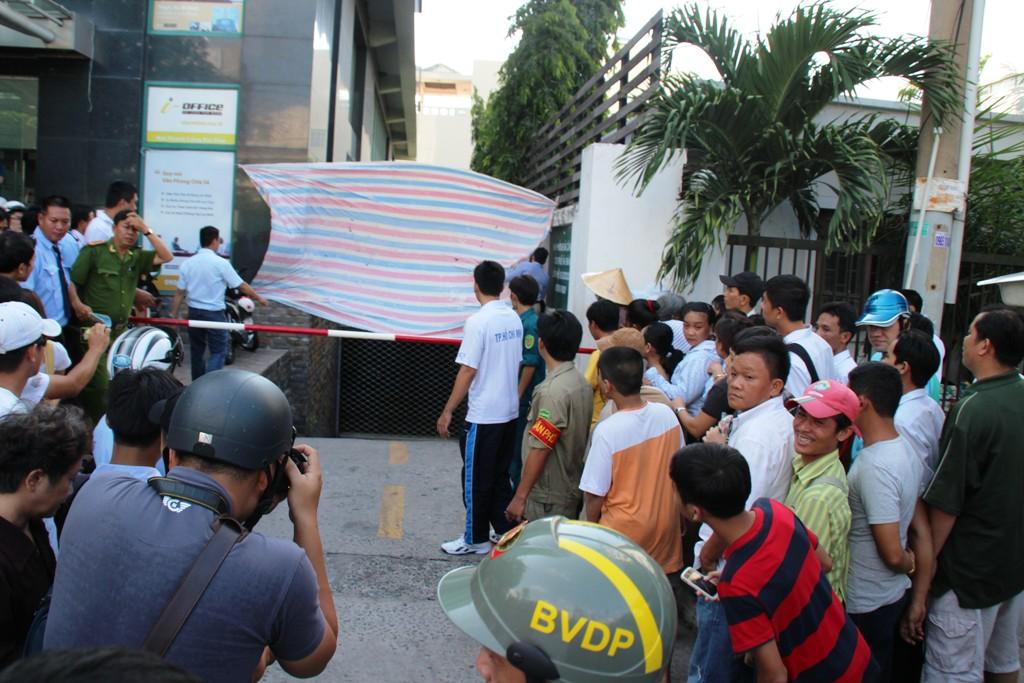 Công an rào chắn để các đơn vị nghiệp vụ khám nghiệm hiện trường vụ rơi lầu chết vào chiều 5-5, tại tòa nhà Indochina, số 4 Nguyễn Đình Chiểu, phường Đa Kao, quận 1 – TP HCM.